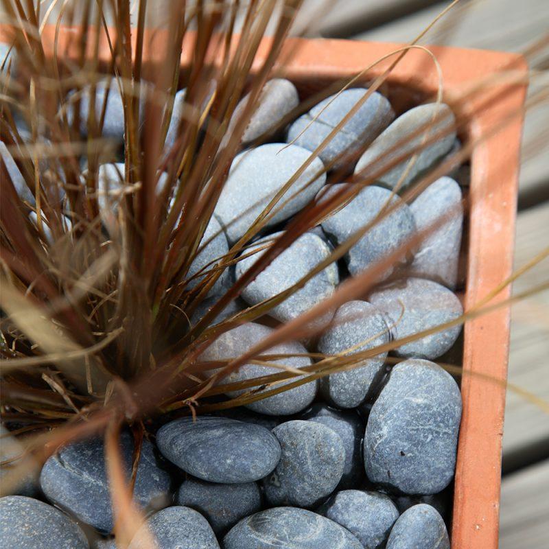 Kekkilä Iso koristekivi Grafiitinharmaa käytössä kuivana