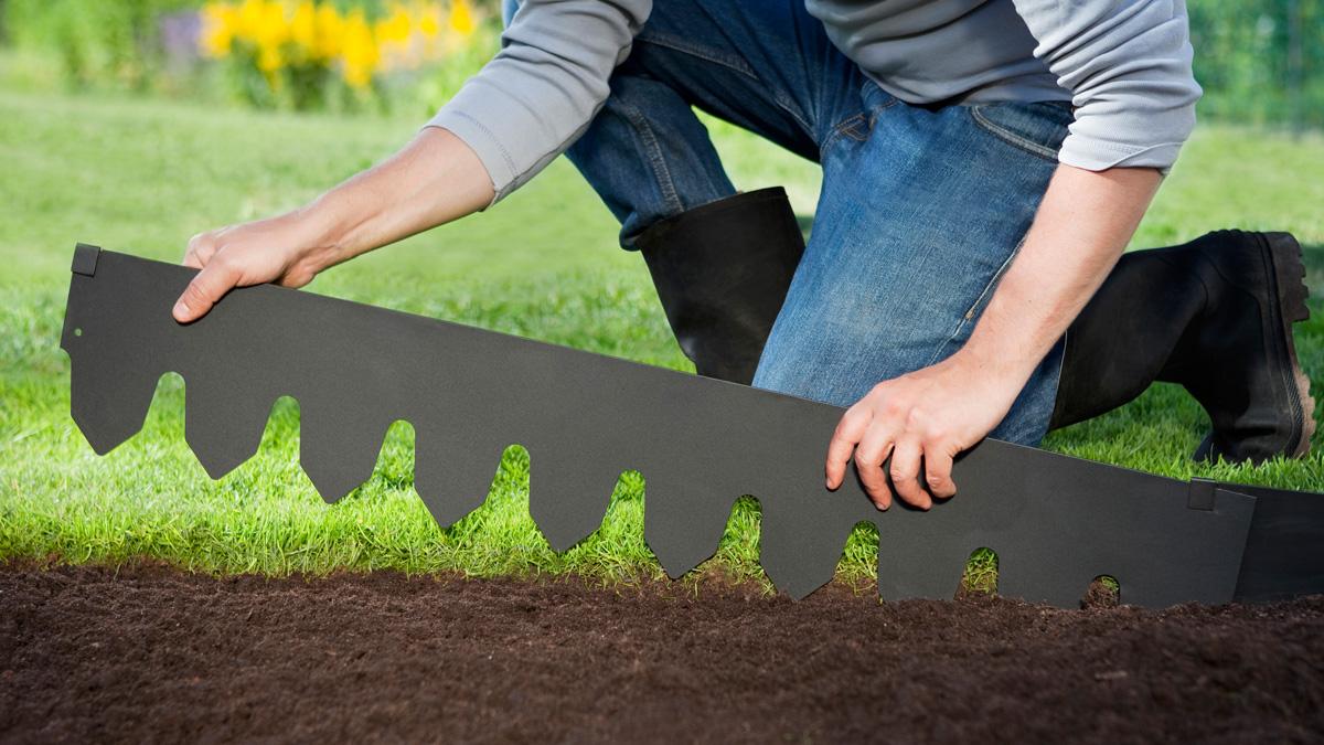 Rajausreunan asentaminen nurmikon ja katepinnan väliin